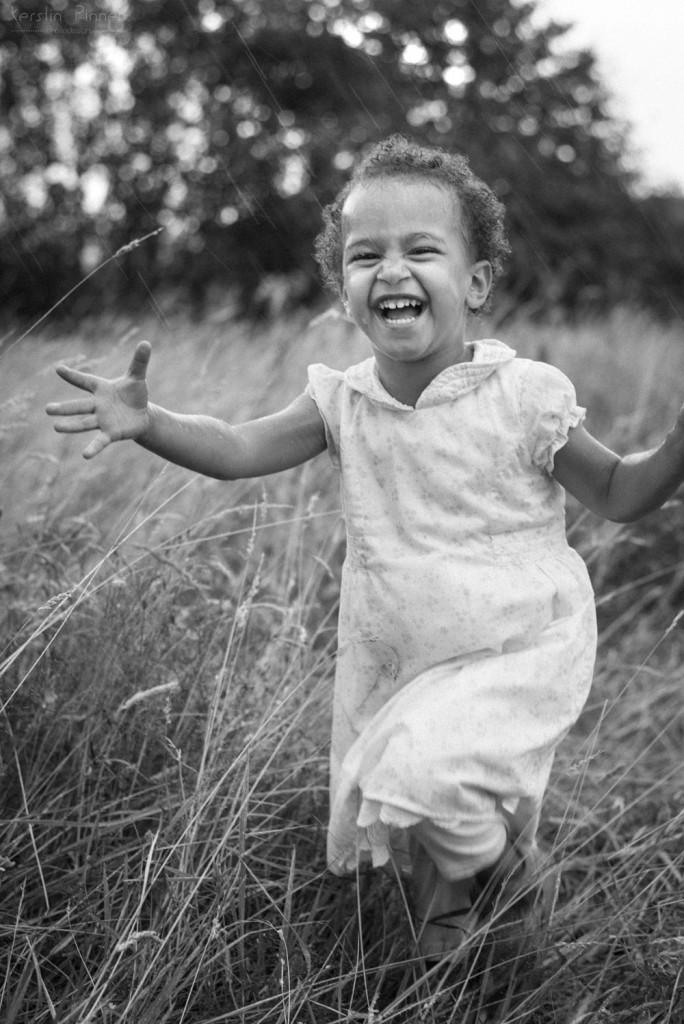 Kinder-Fotoshooting in schwarz-weiß